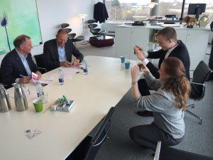Aftalen mellem DSV og Røde Kors bliver skrevet under af Anders Ladekarl og Jens Bjørn Andersen.